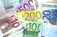 Сумму более 2500 евро все же можно снять с банковского счета или внести на счет через посредника