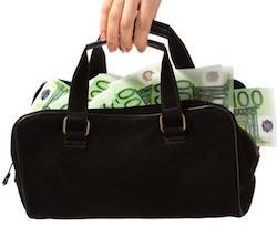 полицейские обнаружили 300 тысяч евро наличных, спрятанных под одеждой молодой жены тосканского предпринимателя