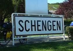 «Шенгенская информационная система» (SIS) позволяет в самые кратчайшие сроки распространять по всем странам Шенгенского соглашения информацию о людях или объектах, разыскиваемых полицией или пропавших без вести
