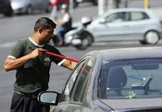 Жители Сицилиимного лет возмущаются назойливыми услугами мойщиков ветровых окон и продавцов-коробейников, которые на каждом светофоре обступают автомобили, раздражая и отвлекая водителей, и создают опасность дорожному движению
