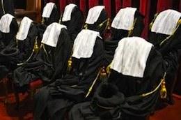 Итальянские юристы не довольны тем, что, играя основную роль в функционировании правосудия, осуществляют еще и десятки видов деятельности, добровольно и бесплатно, подвергаются постоянным и несправедливым осуждениям