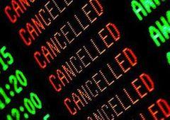 Летний отпуск для туристов, путешествующих по Италии и собиравшихся вернуться в эти дни домой, закончился неприятной неожиданностью - бюджетная авиакомпания Wind Jet за одну ночь, с 11 на 12 августа, превратилась в банкрота, а пассажиры - в заложников.
