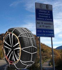 Передвигаться по заснеженным и обледенелым дорогам станет возможным, если машина будет «обута» в зимнюю резину.