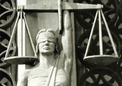 Режим совместного имущества в браке распространяется не только на общее владение домом, землей, доходом и т.д., но и подразумевает общее волеизъявление супругов, согласованность их действия. Желание одного супруга является обоюдным, поэтому при заключении сделки достаточно присутствия одного супруга — такова мотивация решения Кассационного суда Италии