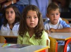 Политика Киенж предполагает иные условия (хотя они и не совсем новые): итальянское гражданство будет присваиваться тем детям, чьи родители-иммигранты находятся в стране не менее 5 лет на легальных основаниях, или детям, прибывшим в Республику в совсем детском возрасте и прошедшим полный курс обучения в итальянской школе