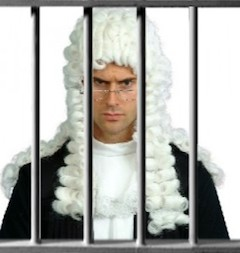 В прошлом году судья Де Бернарди был допрошен в суде Палермо по делу об отмывании денег и незаконной финансовой деятельности. Тогда его имя не значилось в списке обвиняемых, но в этот раз ему не удалось избежать ответственности.