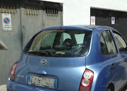 Владельцы заблокированных автомашин вынуждены призывать на помощь дорожную полицию (Vigili Urbani)