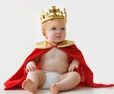 Кассационный суд Италии в решении № 16271/2013 постановил, что малышу будет присвоена фамилия того родителя, который первым заявит о своих родительских правах. Другими словами, если отец не признает родного ребенка, то фамилию новорожденному дадут материнскую или наоборот