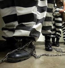 ЕСПЧ уже обвинял Италию в том, что заключенные пребывают в итальянских тюрьмах в нечеловеческих условиях. Пытаясь удовлетворить требованиям Европейского суда, Правительство решило освободить места в камерах, оставляя в них лишь тех заключенных, которые осуждены за тяжкие преступления