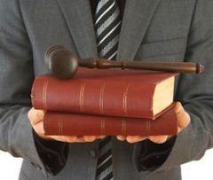Другими словами, гражданин Италии, получивший юридическое образование в Республике, но приобретший «лицензию адвоката» в другой стране ЕС (в данном случае — в Испании) и вписавший свое имя в специальный реестр адвокатов в один из итальянских адвокатских орденов, не может называть себя «avvocato» (ит.), а только «abogado» (исп.).