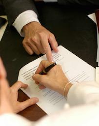 Супруги обращаются к адвокату, чтобы заключить «мирное соглашение», позволяющее им бесконфликтно расторгнуть брачные узы. Адвокат составляет соглашение, заверяет подписи сторон и обращается с вышеуказанным документом к работнику муниципалитета, где были зарегистрированы супружеские отношения.