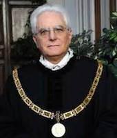 Маттарелла родился в 1941 г. в Палермо. Старший брат президента - Пьерсанти Маттарелла - занимал пост губернатора Сицилии и был убит мафией в 1980 г.